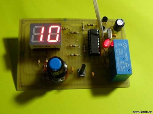 Схема таймера показана на рисунке.  Микроконтроллер DD1 работает по программе, коды которой приведены в таблице.