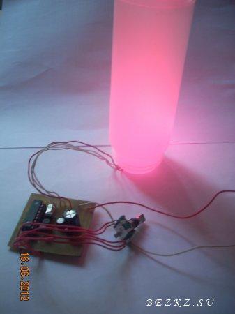 Устройство для подсветки ног в автомобиле или чего ни будь еще.  Схема управляет линейкой RGB светодиодов с...